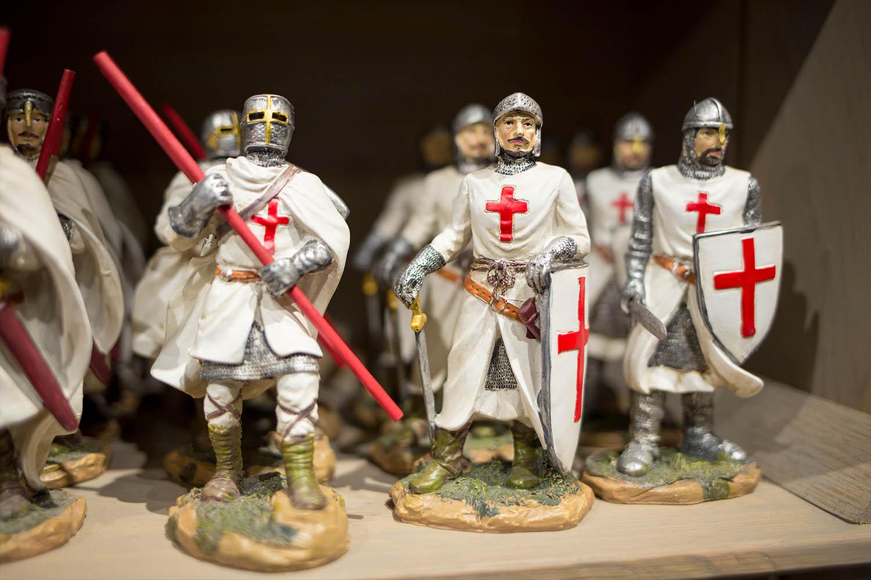 Ritterfiguren mit rotem Kreuz auf weißem Grund.
