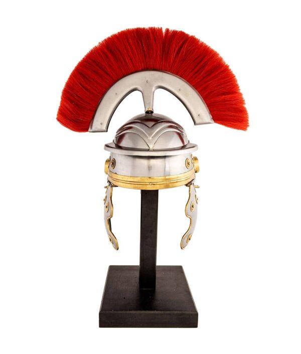 Römerhelm mit rotem Federbusch frontal.