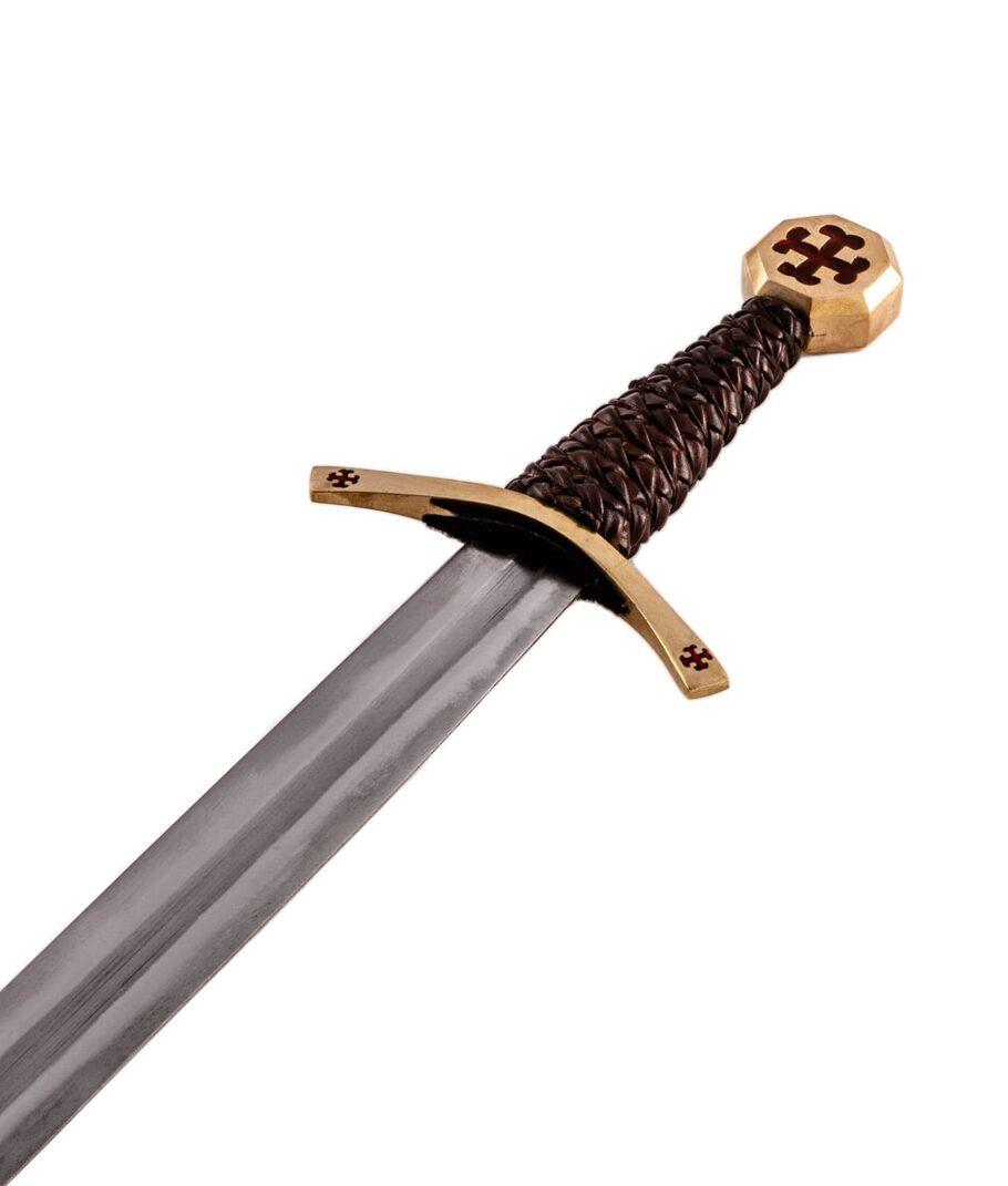 Der Griff des Templer Schwerts mit rotem Tatzenkreuz.