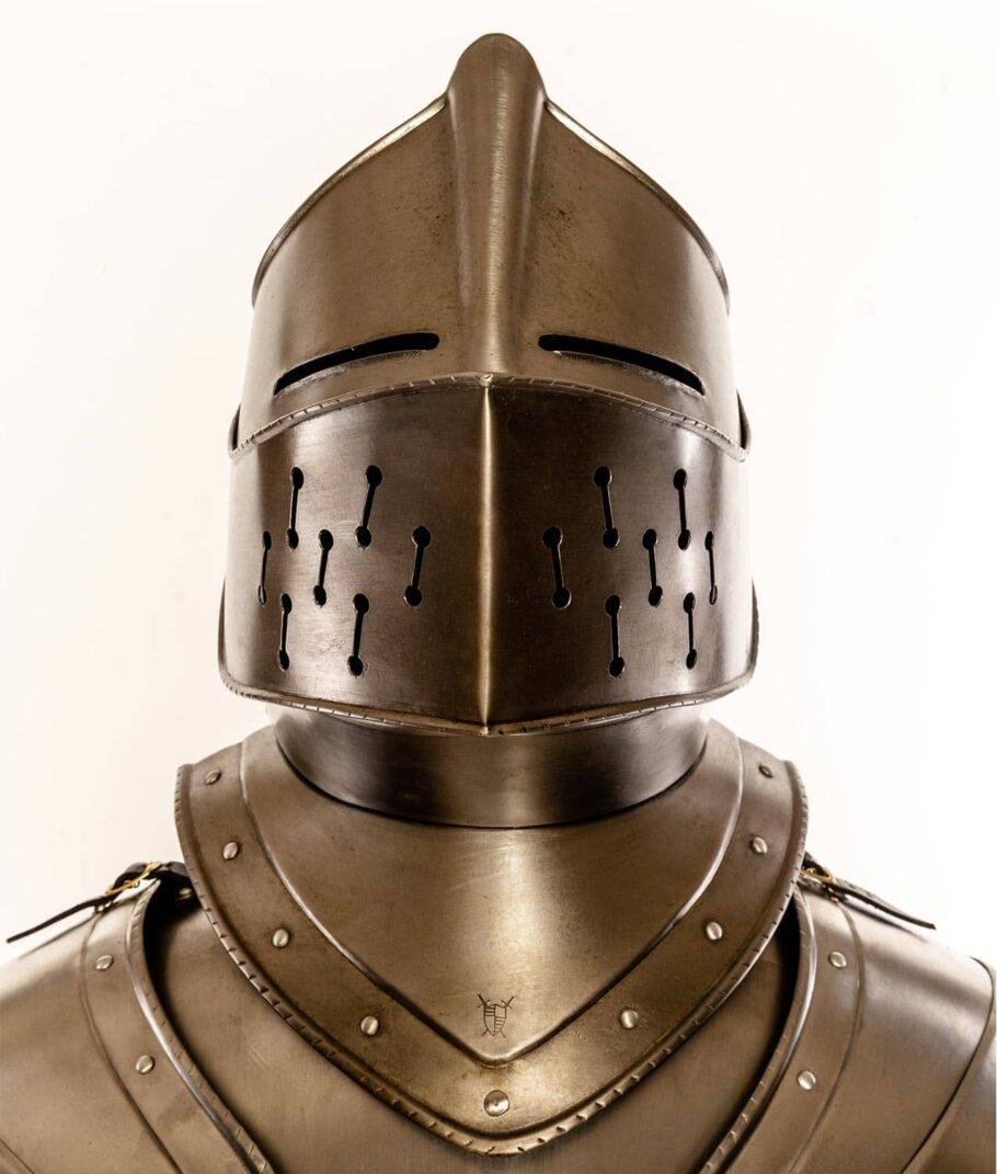 Frontalaufnahme des Helms der Rüstung Rothenburg Waffenkammer Rothenburg