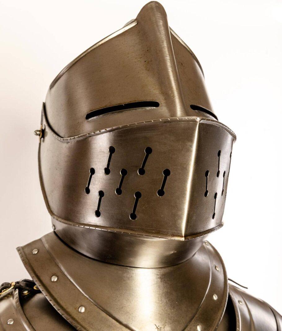 Der Helm der Rüstung Rothenburg Waffenkammer Rothenburg
