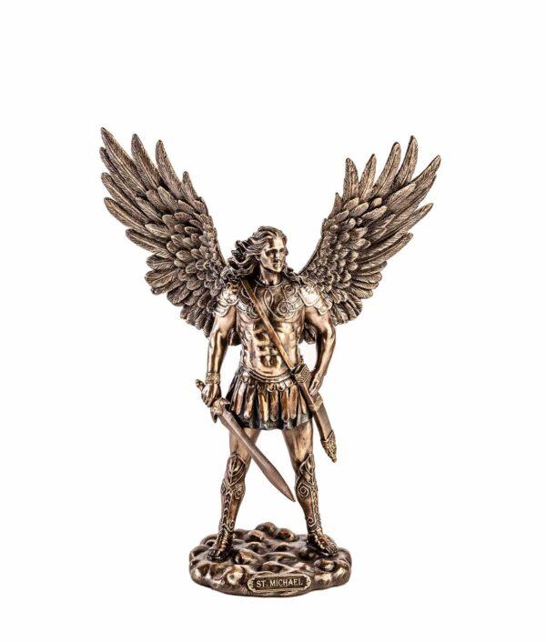 Erzengel Michael mit Schwert und geöffneten Flügeln