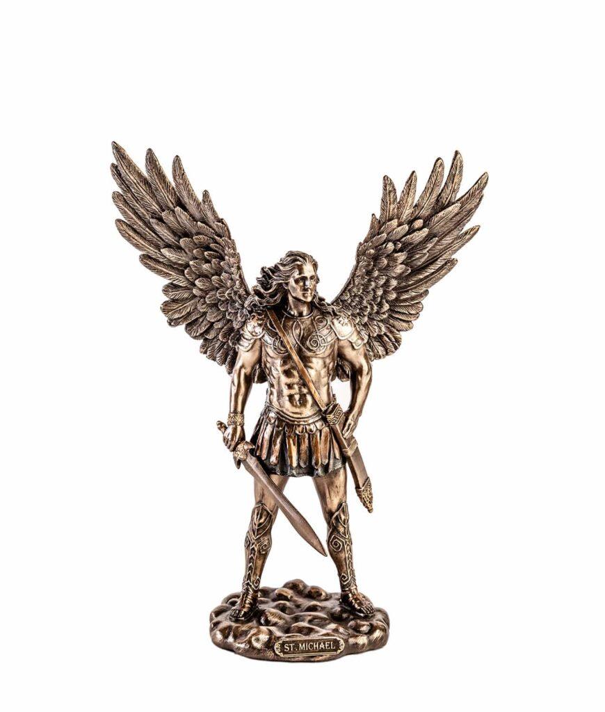 Erzengel Michael mit Schwert und geöffneten Flügeln von oben