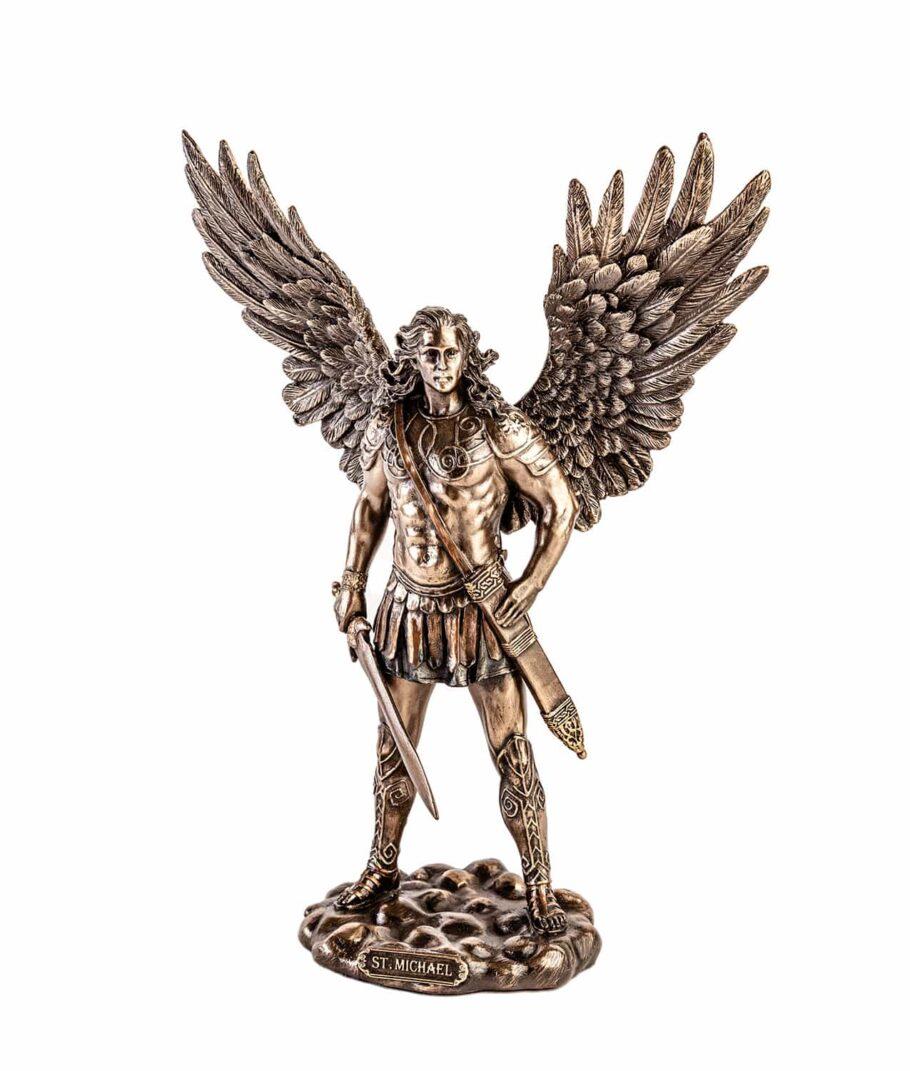 Erzengel Michael mit Schwert und geöffneten Flügeln von Vorne
