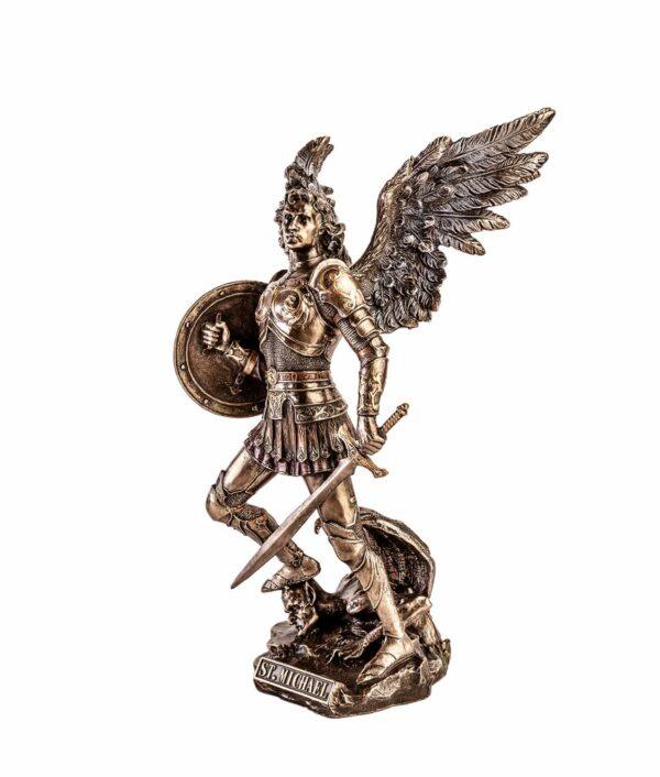 Der Erzengel Michael steht auf dem Bösen mit Schwert und Schild