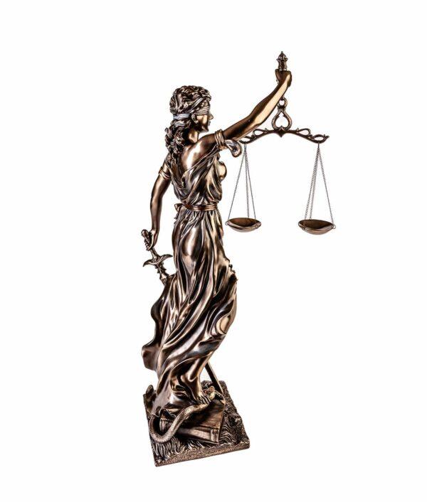 Bronzierte Justitia mit Waage und Schwert seitlich von hinten