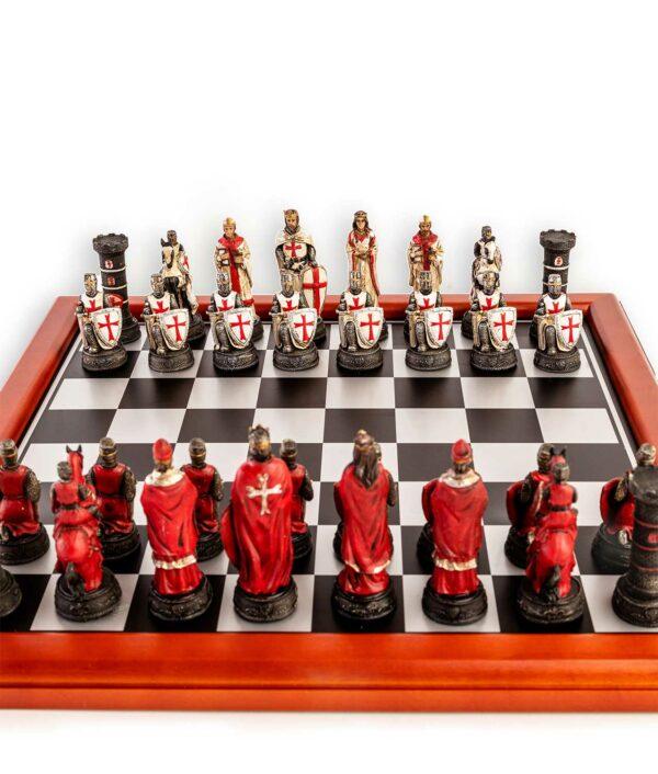 Schach Kreuzritter Weiß und Rot auf dem Schachbrett