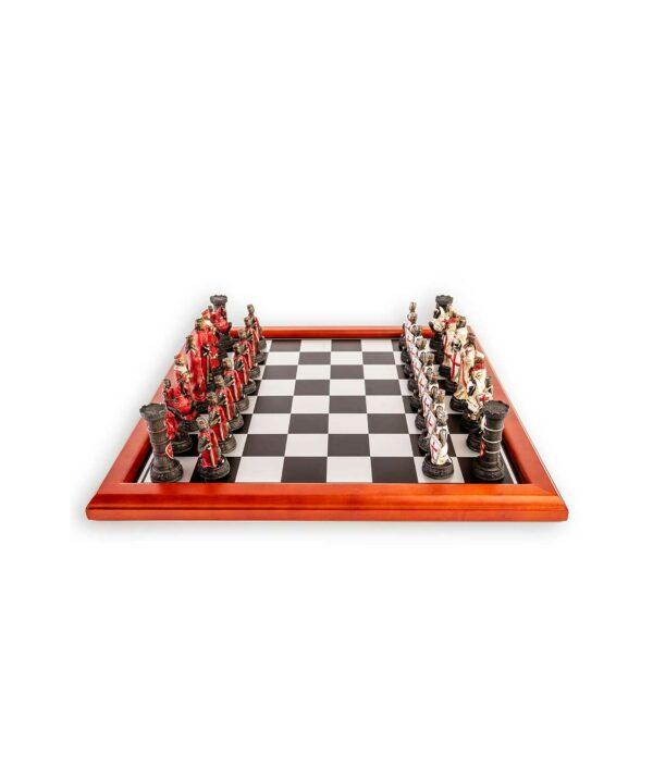 Schachset Kreuzritter Weiß und Rot auf dem Schachbrett aufgestellt.