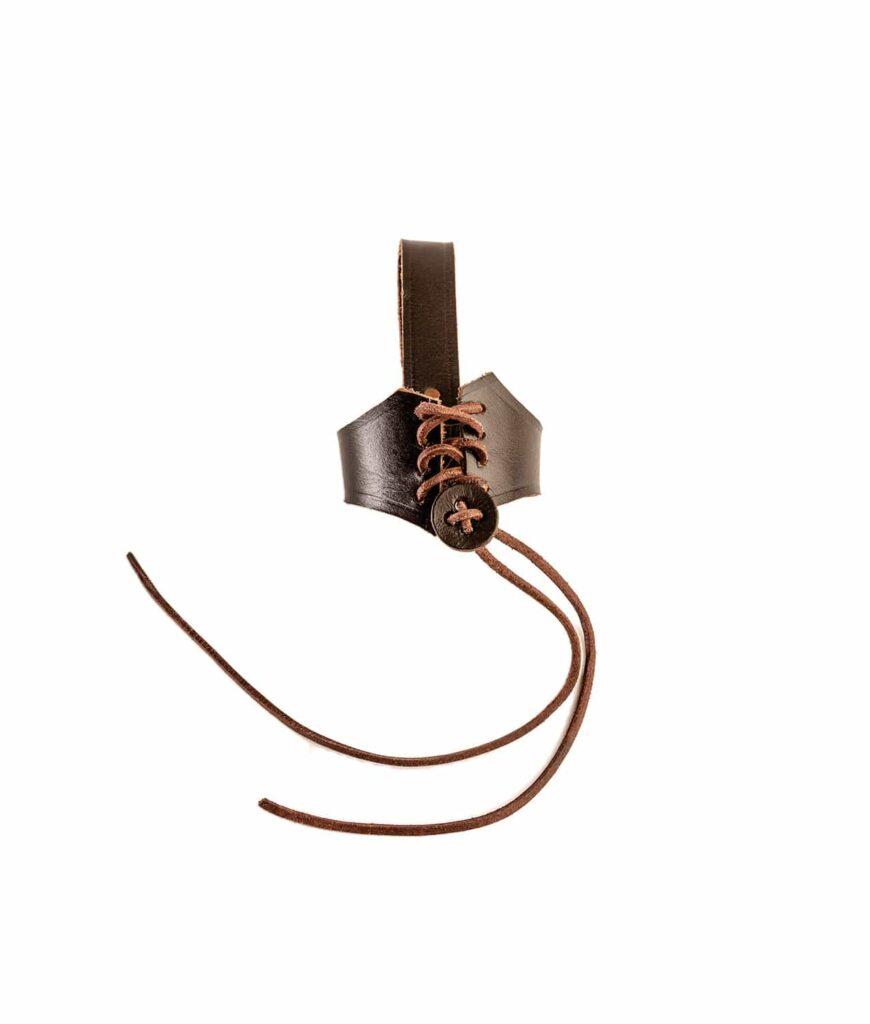 Trinkhornhalter zum Schnüren aus braunen Leder.
