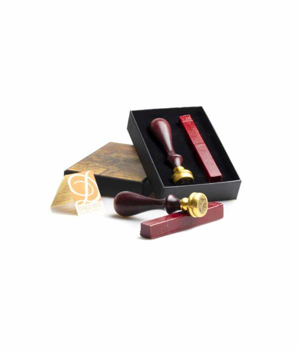 Siegelwachs Set mit Stempel und rotem Siegelwachs.