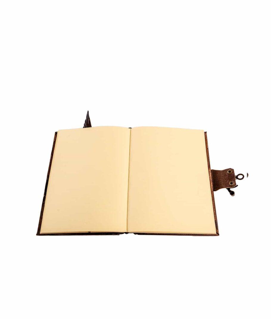 Geöffnetes Lederbuch.