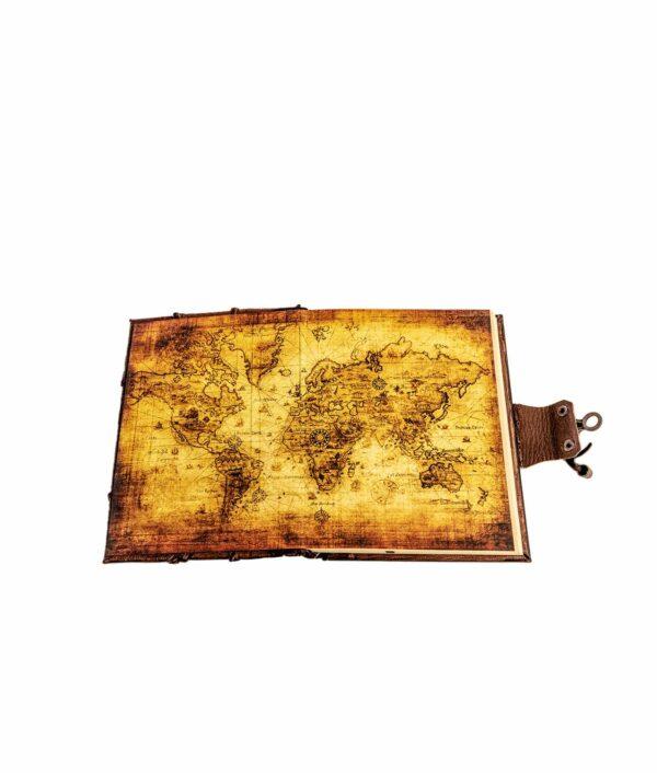 Lederbuch mit Weltkarte im Buchdeckel.