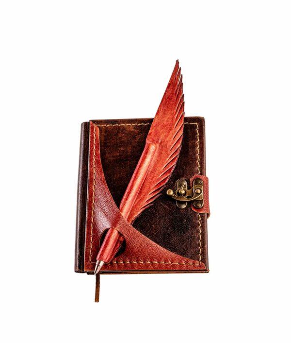 Lederbuch klein mit rotem Stift geschlossen.