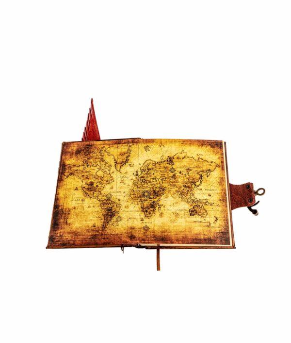 Lederbuch mit Stift in rot und Weltkarte im Einband.