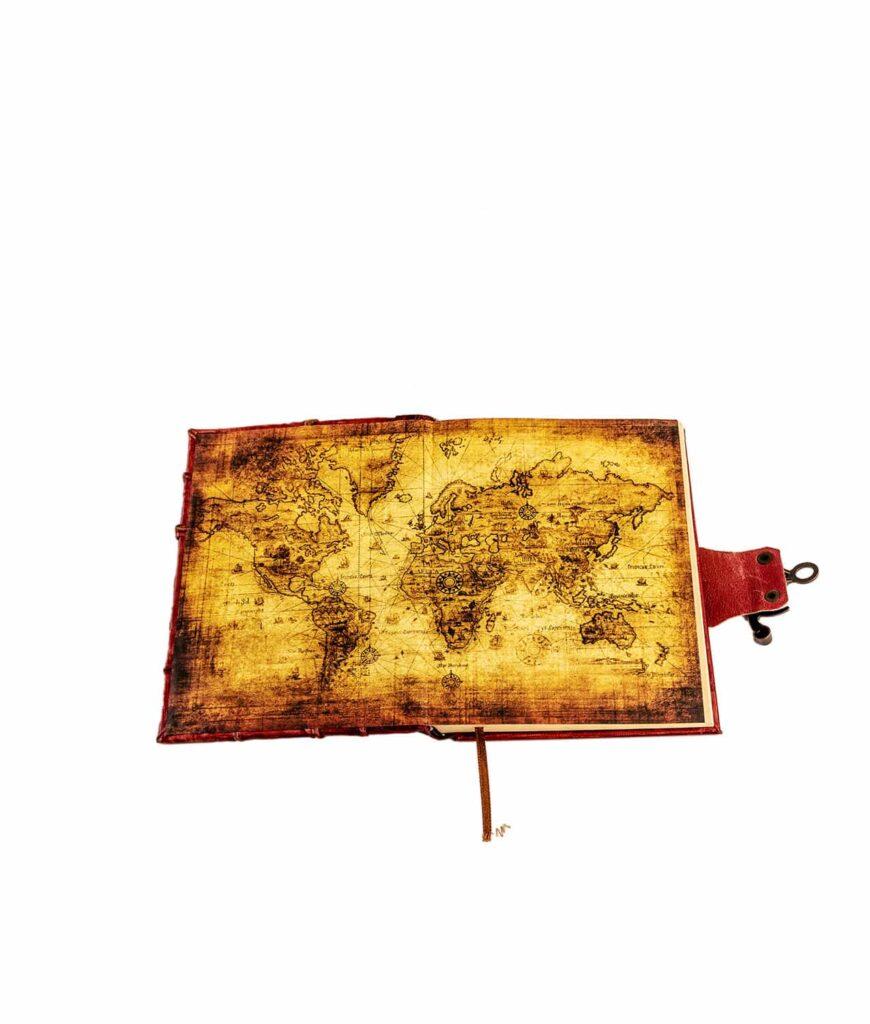 Lederbuch rot mit Weltkarte im Buchdeckel.