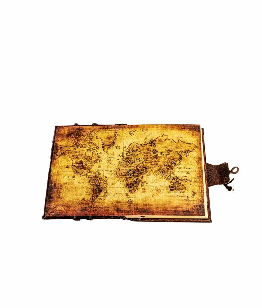 Notizbuch mit antiker Weltkarte.