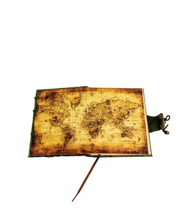 Notizbuch mit Weltkarte.