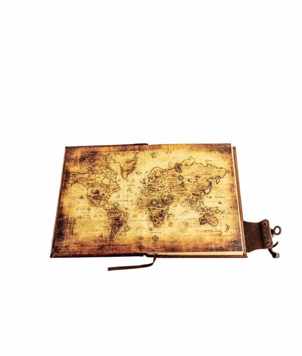 Lederbuch geöffnet mit Weltkarte im Buchdeckel.