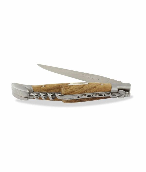 """Das halbgeöffnete Laguiole en Aubrac Taschenmesser mit Korkenzieher wird aus Edelstahl und Fasseiche """"Margaux"""" gefertigt"""