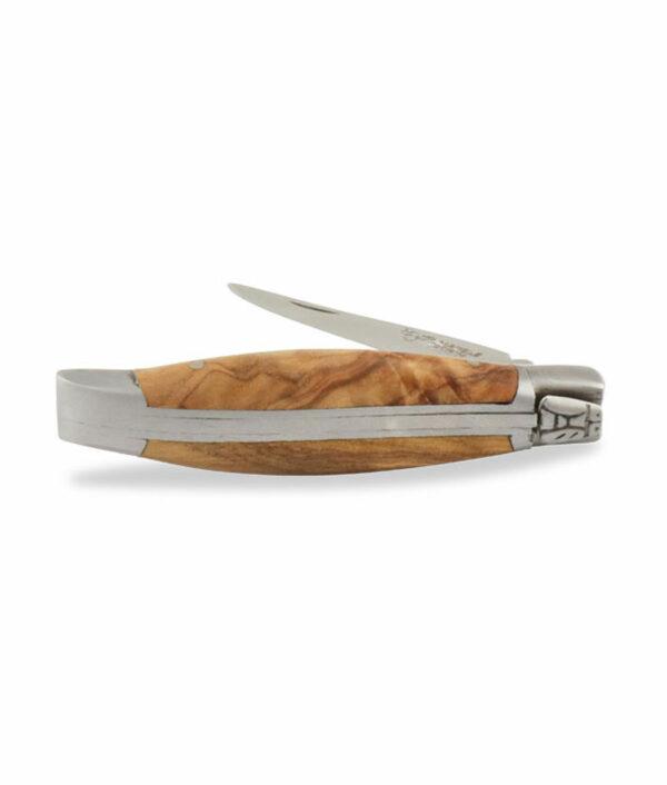 Das halboffene Laguiole en Aubrac Taschenmesser wurde aus Olivenholz und mattem Edelstahl gefertigt.