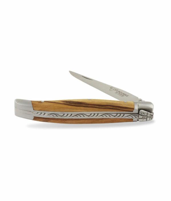 Das halbgeöffnete Laguiole en Aubrac Taschenmesser wird aus Olivenholz und mattem Edelstahl gefertigt