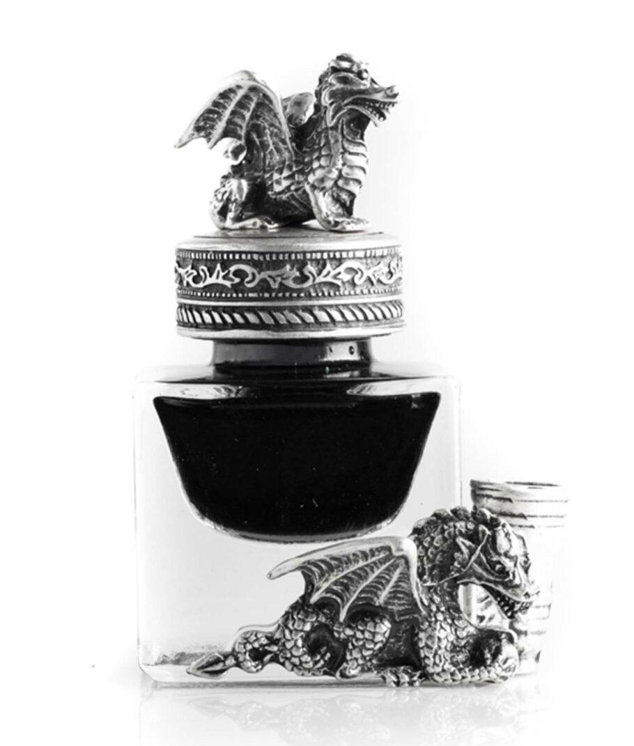 Das Drachenfass mit schwarzer Tinte und Schreibfederhalter