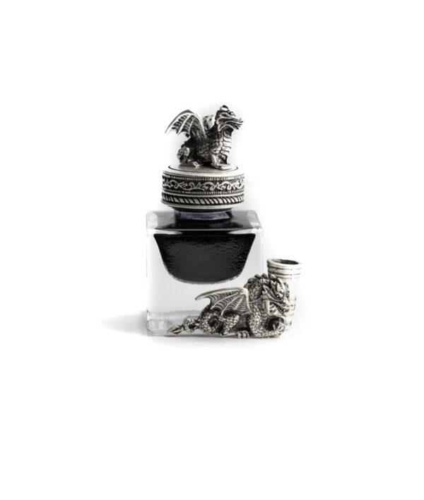 Drachenfass mit Federhalter und schwarzer Tinte