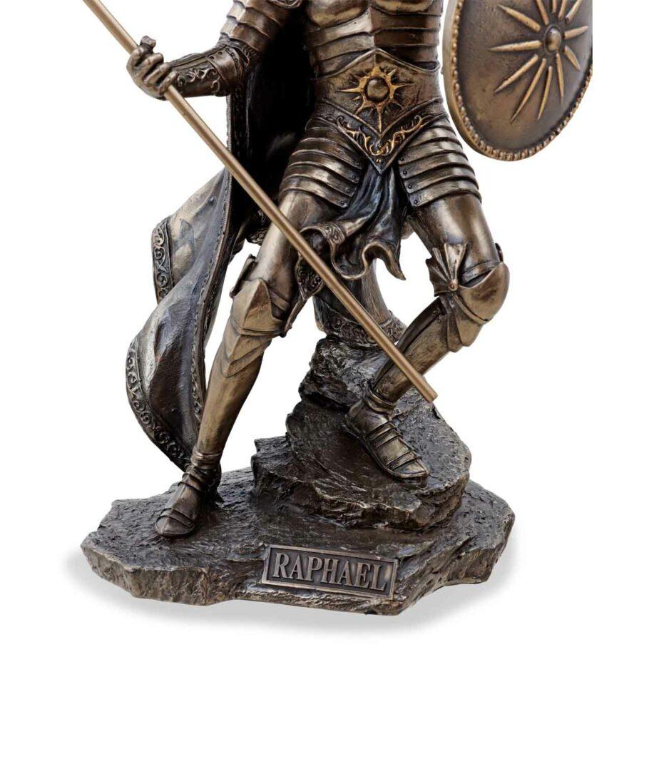 Erzengel Raphael mit Speer und Schild bronziert der Sockel