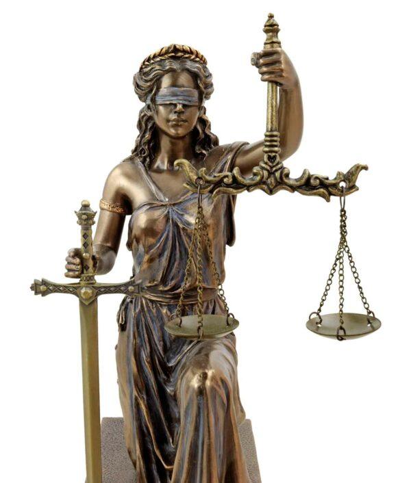 Justitia knied mit Waage und Schwert bronziert Gesicht