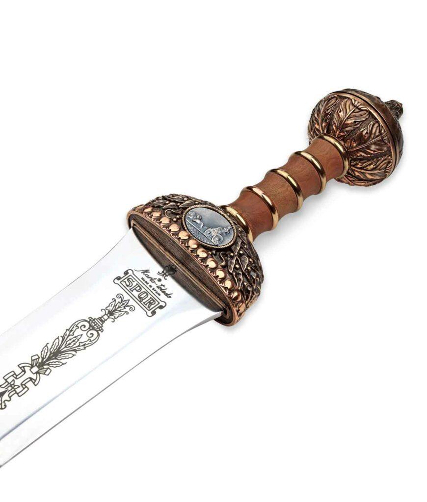Detailansicht des Griffs des Schwerts Kaiser Augustus mit Bronze